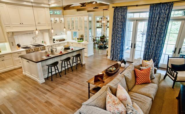 Traditional spacious kitchen design idea